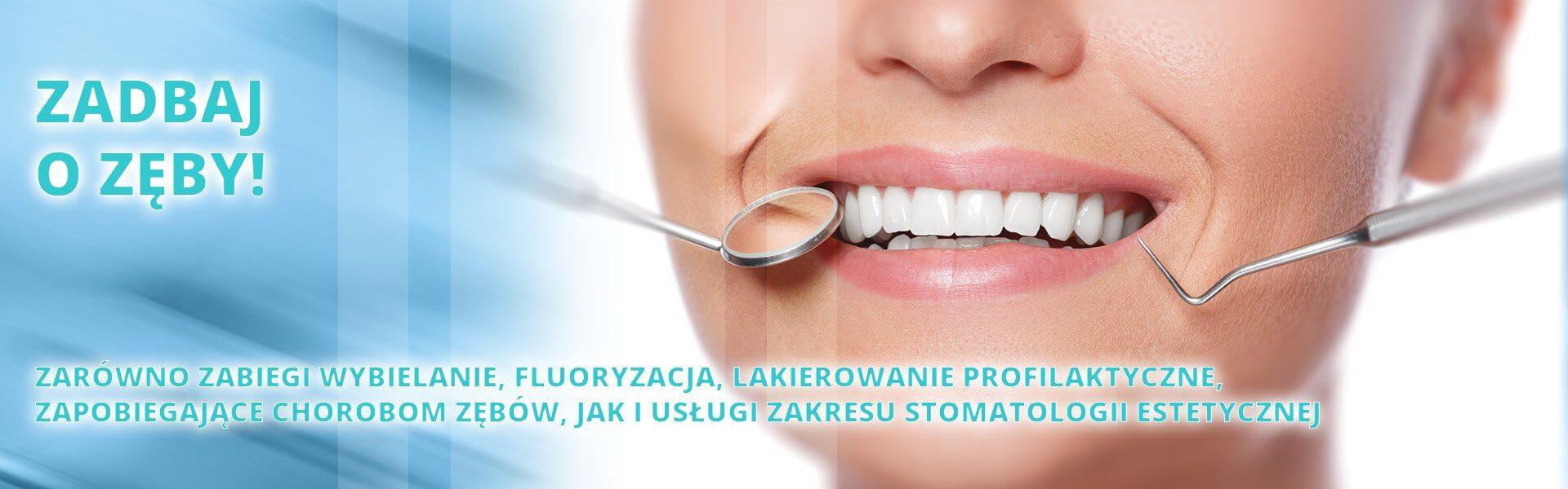 uśmiechająca się kobieta u stomatologa